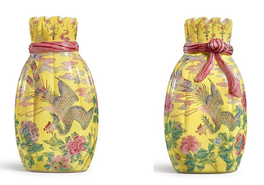 香港蘇富比秋拍領銜拍品為樂從堂的清乾隆料胎黃地畫琺瑯鳳舞牡丹包袱瓶(左為背面,右...