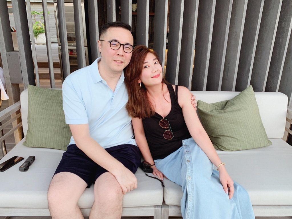 梁靜茹(右)與老公趙元同一起到馬爾地夫歡慶結婚九周年。圖/福隆提供