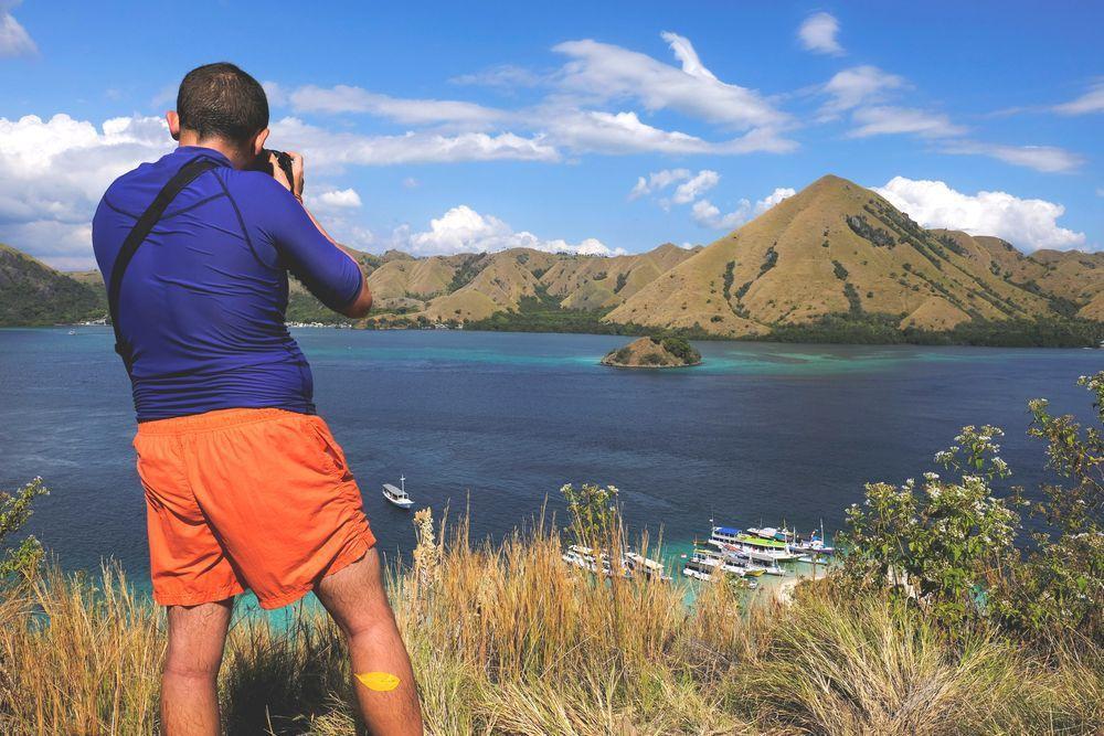 一名外國遊客在科摩多國家公園拍照留念。(路透)