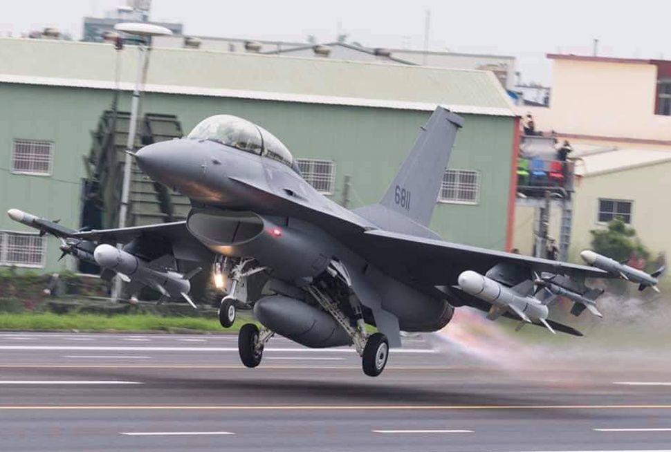 嘉義縣空軍第四聯隊F-16戰機參加國軍漢光35號演習。圖/蔡易餘提供