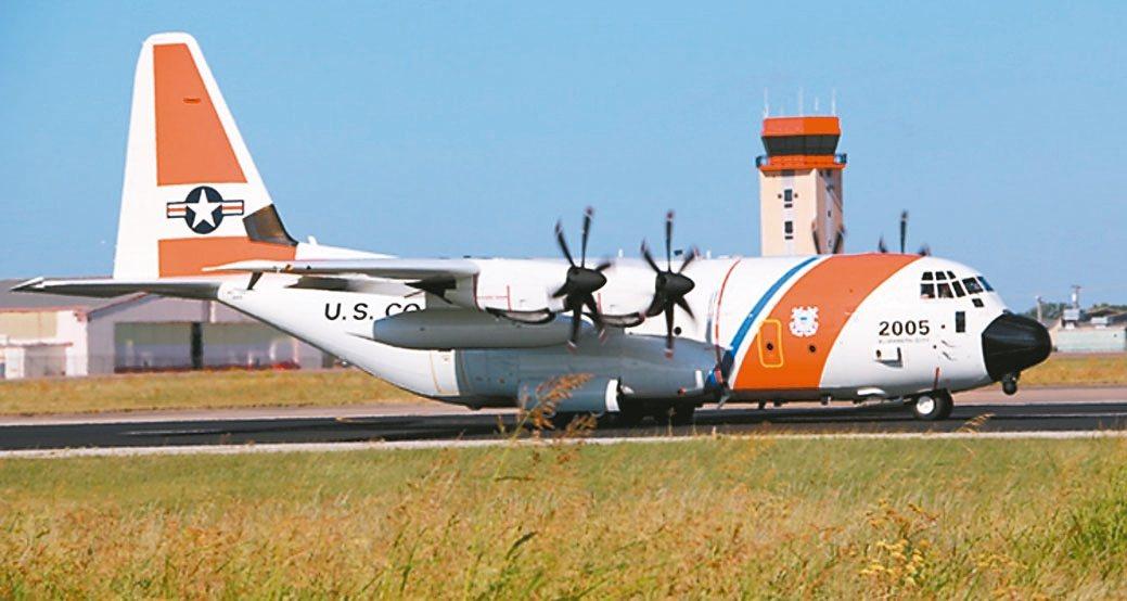 美國海岸防衛隊新型長程搜救機HC-130J,在機鼻下方裝置SAFIRE 380H...
