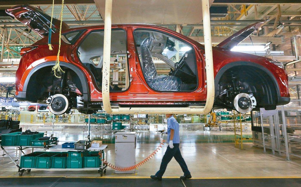 大陸7月工業增加值年增4.8%,增速為17年半新低。圖為南京一家汽車製造廠生產線...