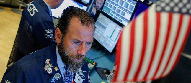 美國2年期與10年期公債殖利率曲線倒掛,送出經濟衰退訊號。路透