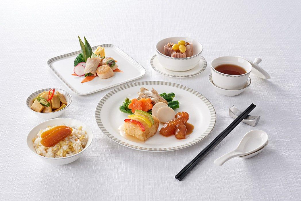 冬季套餐主菜以傳統的烹調方式推出五柳鮮魚燴蹄筋,略帶羹汁的料理讓在機上用餐也能暖...