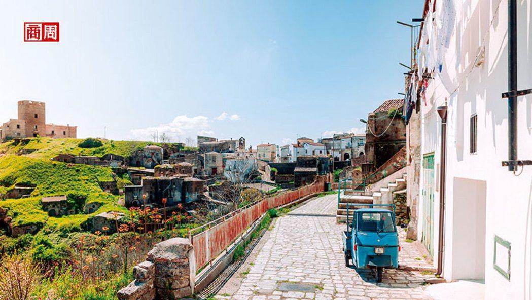 穿梭在格羅托萊鄉間小徑的Ape三輪車,是義大利鄉村生活經典標記。 圖片/Airb...