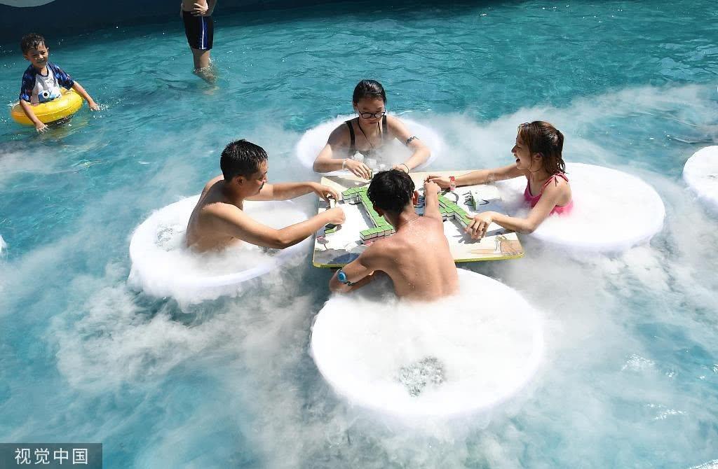氣溫高達39度重慶人上演花式避暑:坐冰桶搓麻將,吃超大冰棍! (取材自視覺中國)