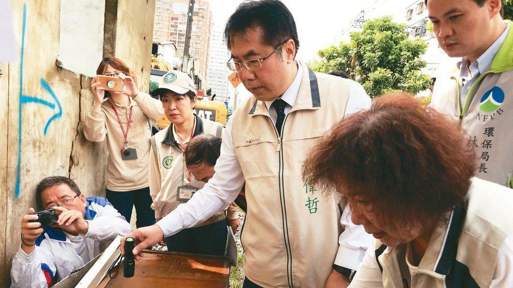 台南市區鐵路沿線的住宅拆除後未清除,台南市長黃偉哲(右三)表示,易產生孳生源。 ...