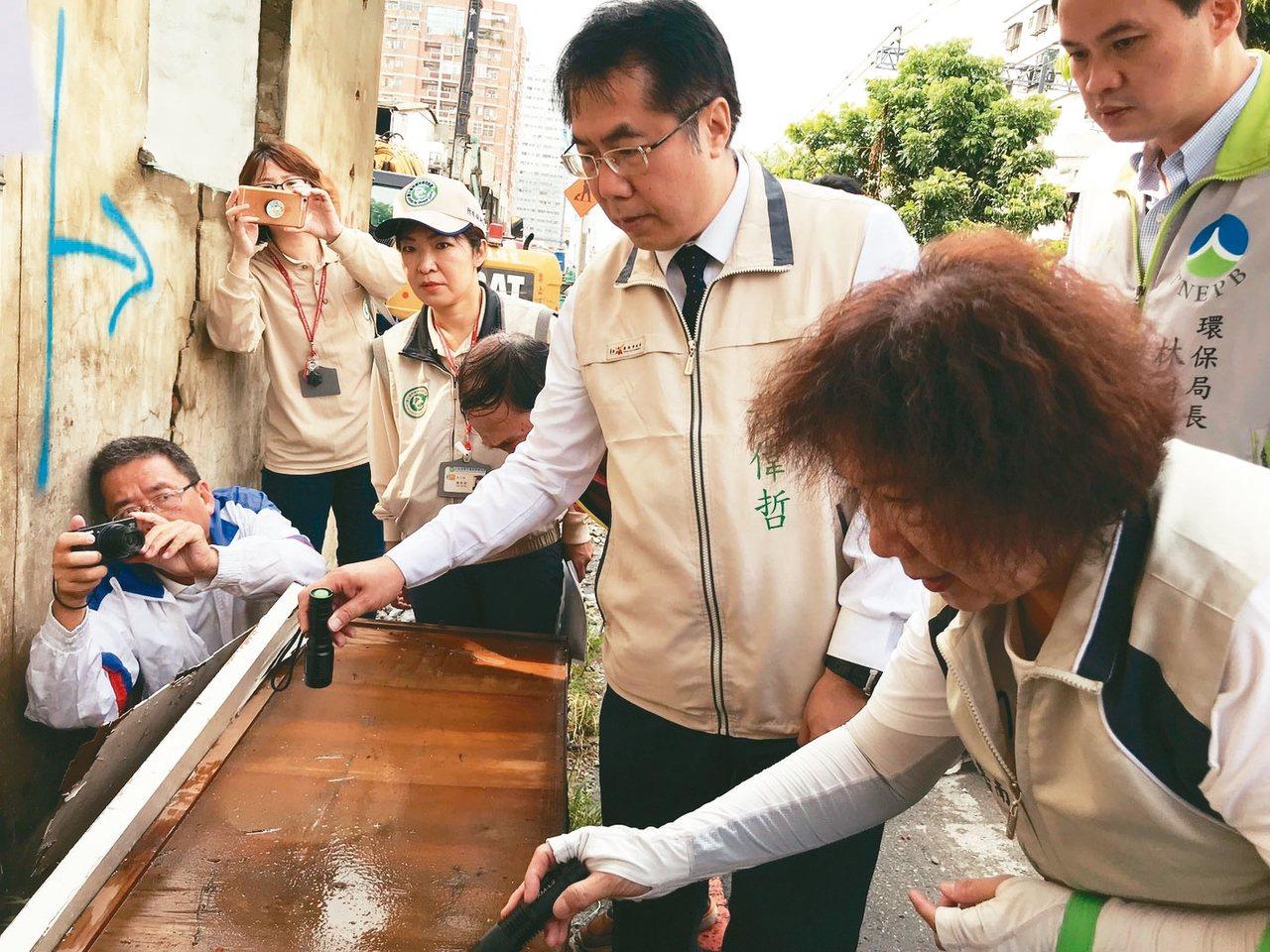 台南市區鐵路沿線的住宅拆除後未清除,台南市長黃偉哲(右三)今天上午率團隊到東區巡...