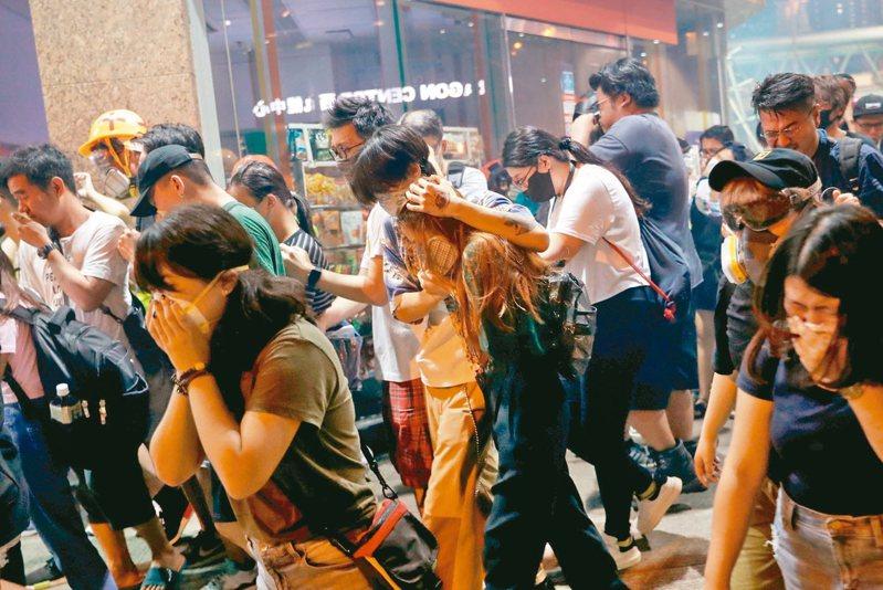 香港警方14日晚間發射催淚瓦斯驅散人潮。 路透