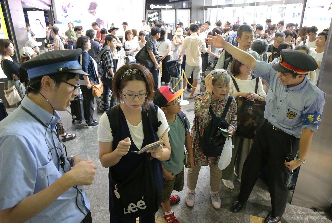 颱風柯羅莎造成日本交通大亂,不少準備收假從家鄉返回大城市的旅客受到影響。 圖/歐...