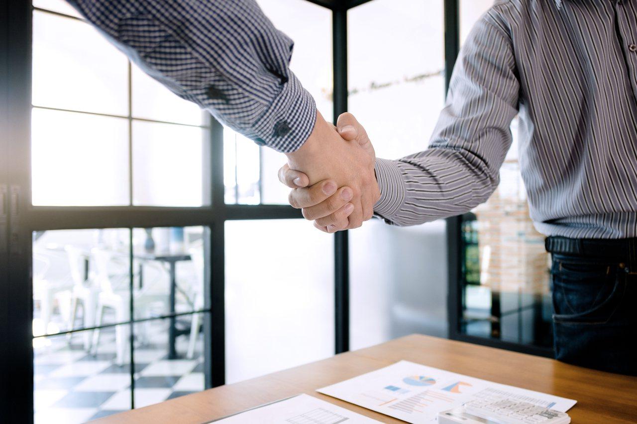 研究顯示,美國大型企業最高層主管的薪酬為公司其他員工的278倍,且差距還在持續擴...