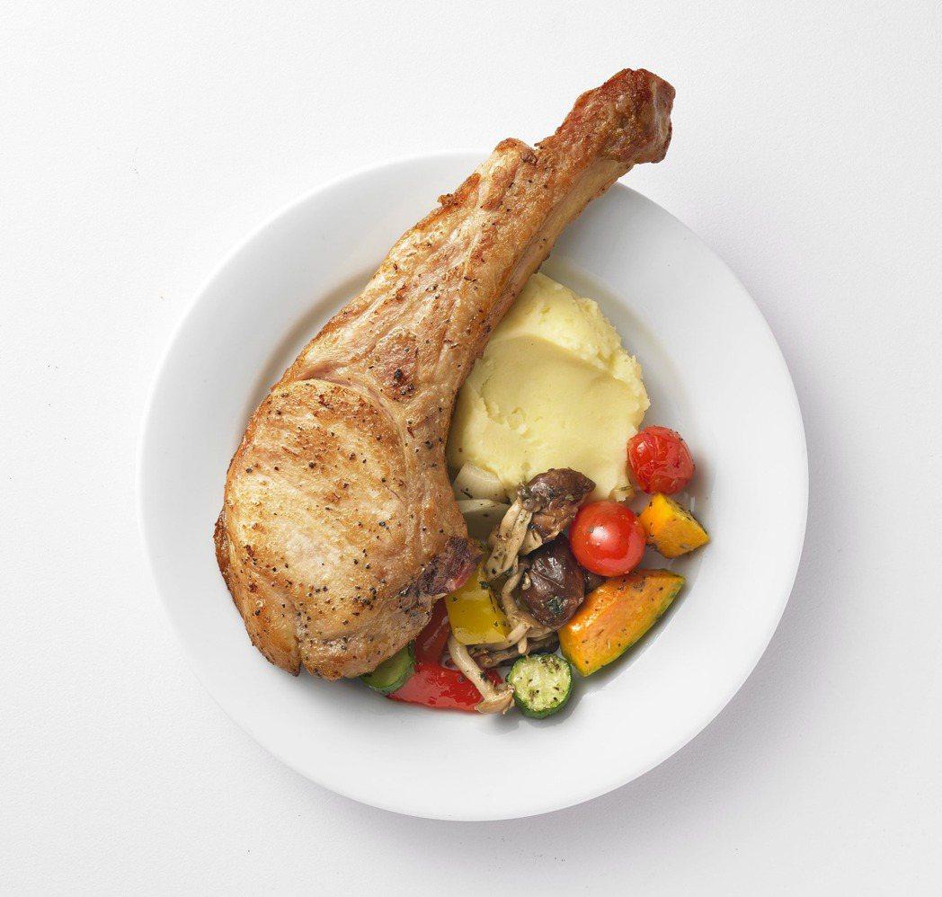 IKEA瑞典餐廳也有多款新菜色,其中「戰斧豬排」讓你豪邁吃肉,精選的優質豬排醃漬...