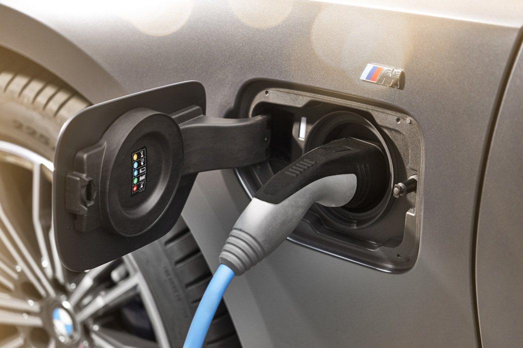新世代BMW 330e Plug-in Hybrid續航力最多可達到66公里,比...
