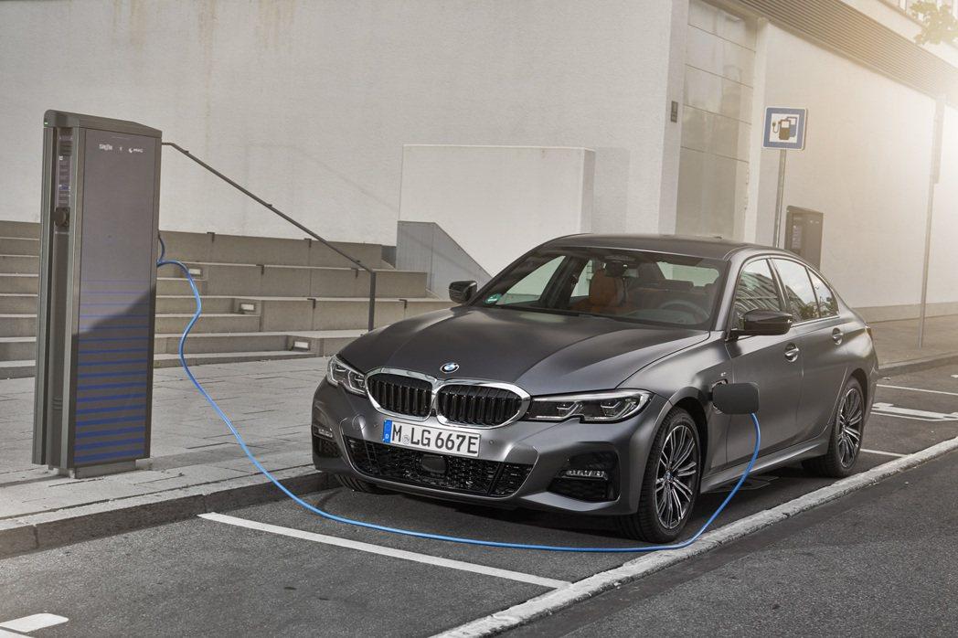 新世代BMW 330e Plug-in Hybrid行李箱空間因為置於後座的電動...