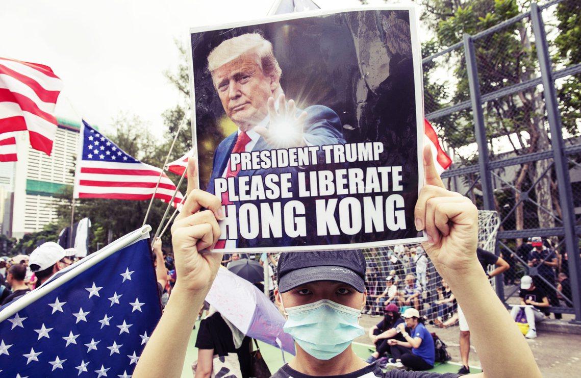 美國總統川普14日晚間透過 Twitter 發言,首度將香港反送中的和平收場問題...
