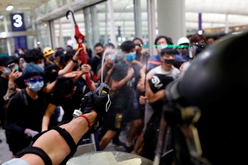 香港國際機場的「大混戰」,絕大部份的抗爭者,其實是向全世界作出臨死前的呼求。 圖/路透社