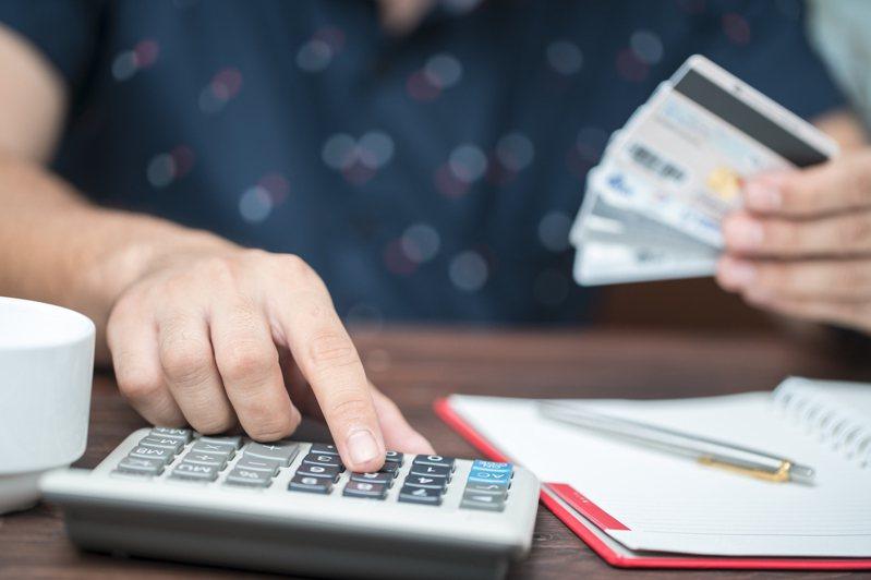 網友以「分析月收入多少能養家」為題發文,以三種情境為例,粗估一般家庭一個月的生活開銷金額。圖/ingimage