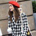 莉莉柯林斯紅色貝蕾帽搭配同色系套裝 這樣走在街上美到太犯規