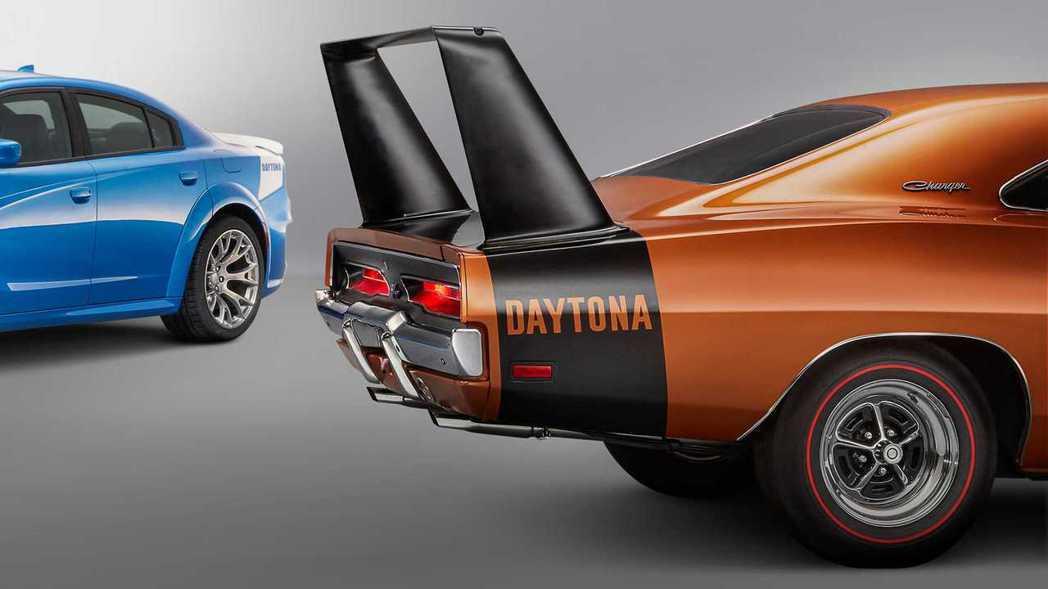 50週年紀念版的車尾是致敬1969 Charger Daytona的經典塗裝。 ...