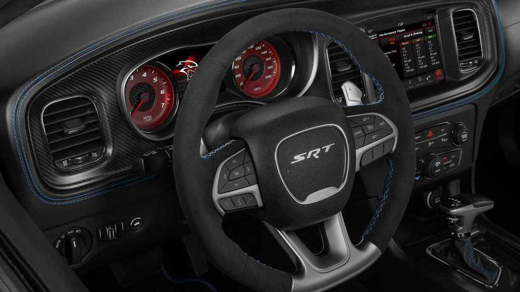 麂皮包覆的方向盤搭配藍色車縫線與正碳纖維飾板。 摘自Dodge