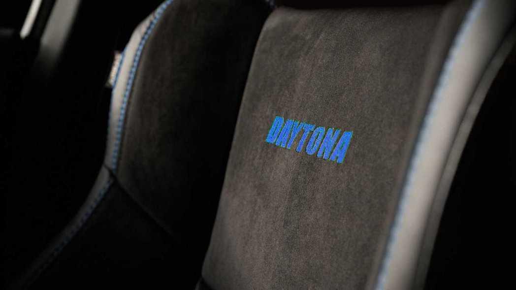 """在Nappa真皮和Alcantara麂皮混搭的座椅上繡上"""" Daytona""""字樣..."""