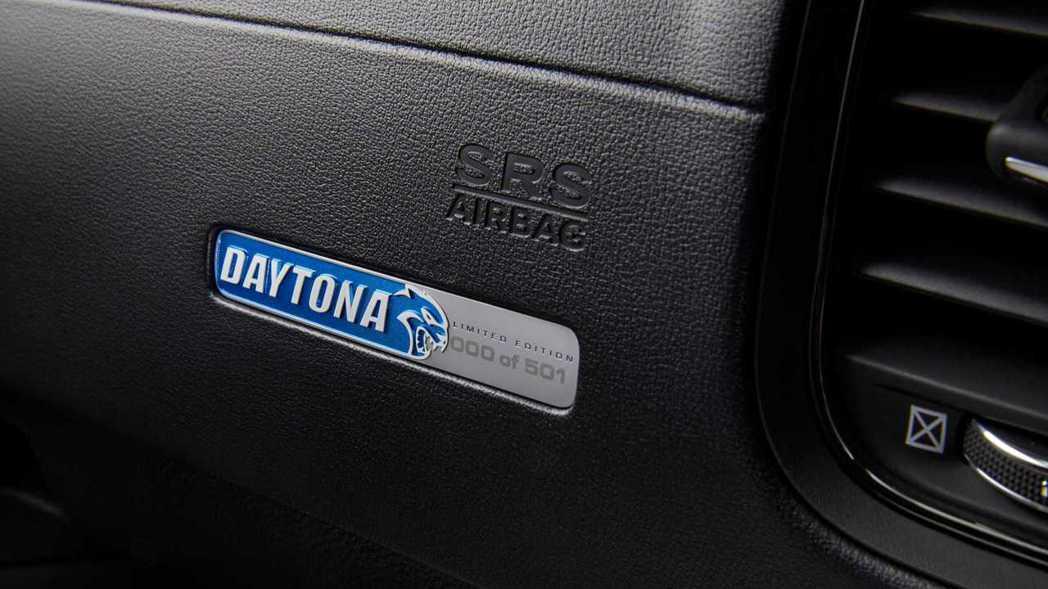 50週年限量版銘牌,並有標示為501輛裡的第幾輛。 摘自Dodge