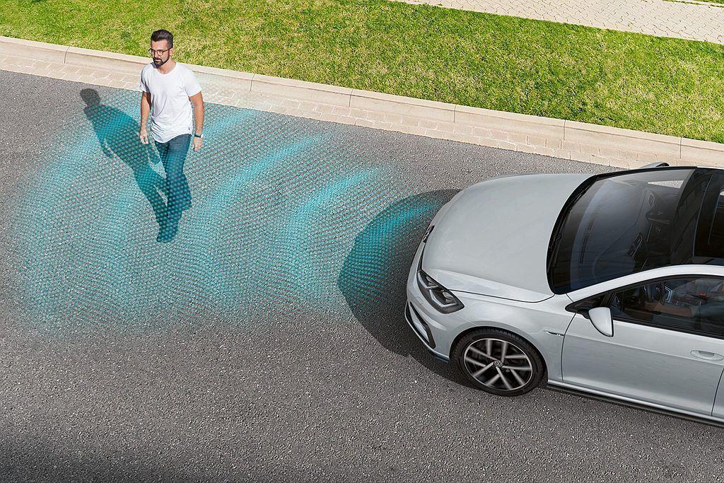 福斯Front Assist車前碰撞預警系統,透過車頭前方雷達偵測,針對車輛以及...