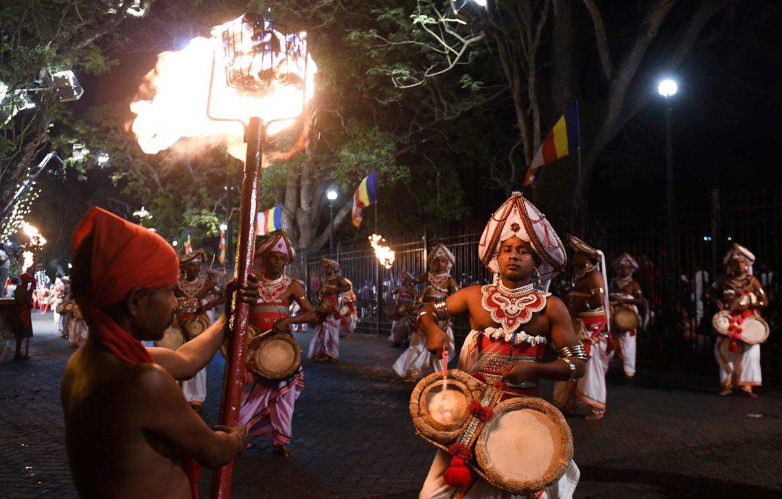 原先佛牙節讓全身覆蓋華麗裝飾物的大象,遊行在喧譁的大街上,是希望讓人們感到「被祝...