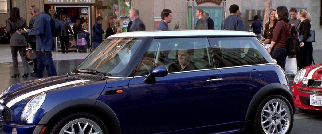 2003年由派拉蒙影業翻拍的《偷天換日》,同樣使用Mini作為飛車追逐的車款。 ...