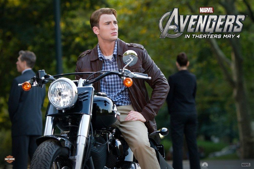 美國隊長系列電影中,主角克里斯伊凡都騎著不同款式的哈雷機車上陣。 圖/Harle...