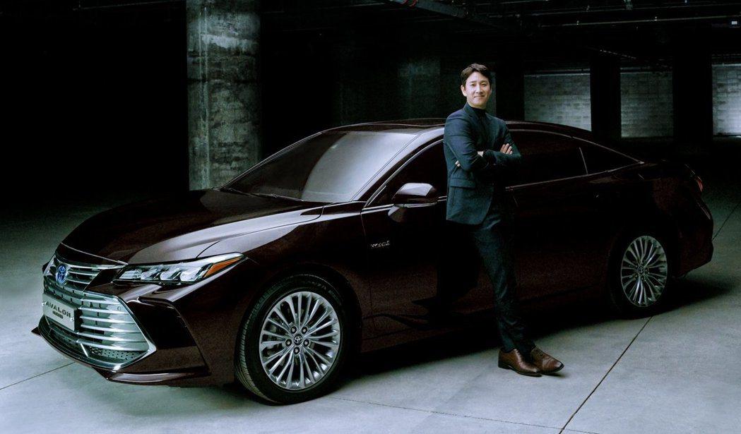 Toyota Avalon Hybrid在韓國上市時,還請來了知名演員李善均當代...