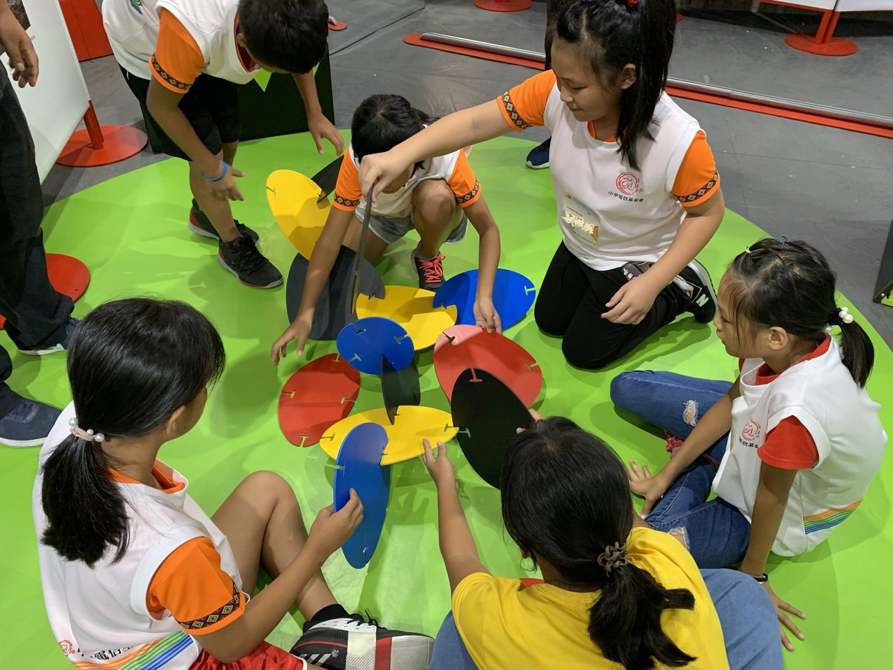 孩子們藉由彩色立體拼圖來建構空間感,用共同創作的方式方式展現團隊合作的精神 圖/...