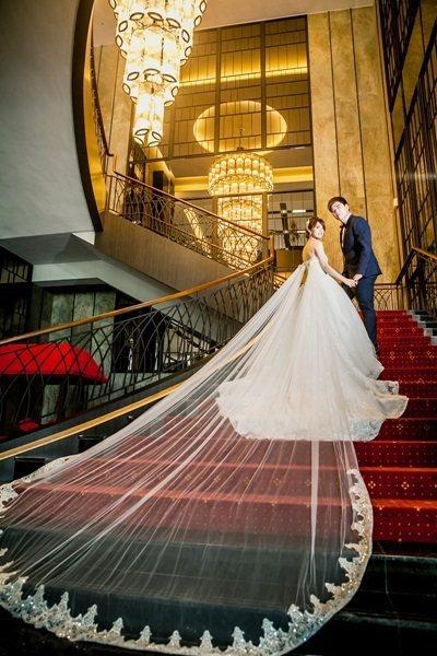 華麗吊燈映照下的旋轉梯。 圖片提供/徠.歸仁飯店