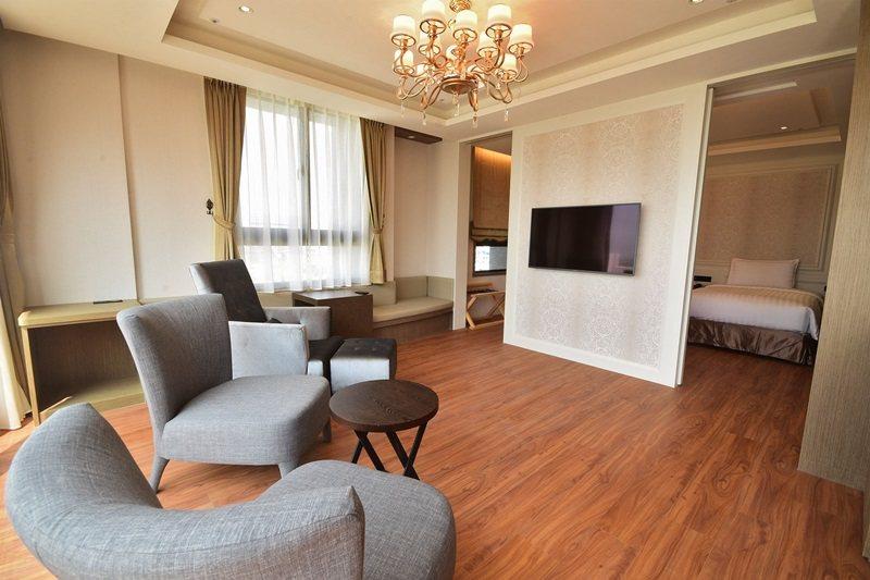 景觀套房有獨立起居室。 圖片提供/徠.歸仁飯店