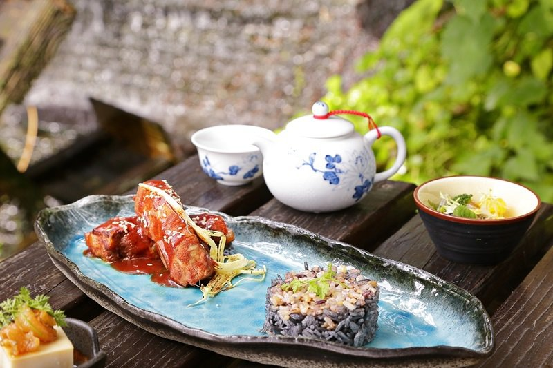紅糟無錫排骨搭配養生十穀米黑豆飯。