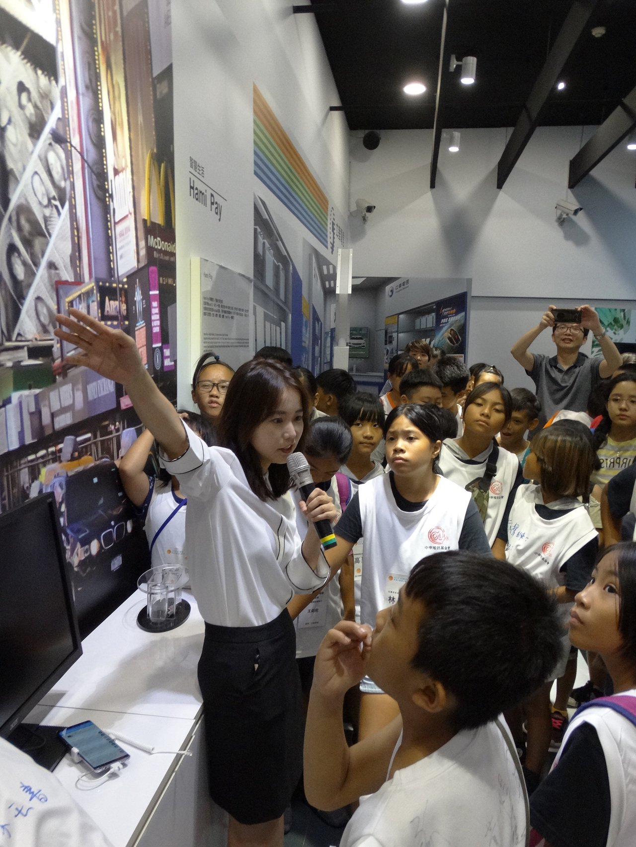 中華電信邀請小朋友參觀「中華電信明日智慧生活館」,孩子們充滿好奇 圖/中華電信提...