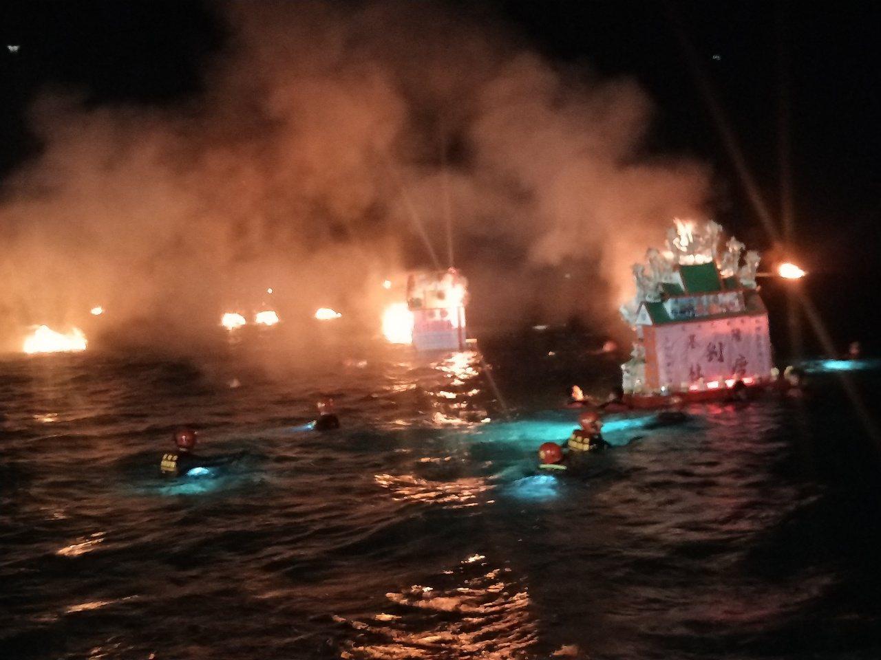 基隆放水燈熊熊烈火海上好兄弟引路 ,越旺越發。記者游明煌/攝影
