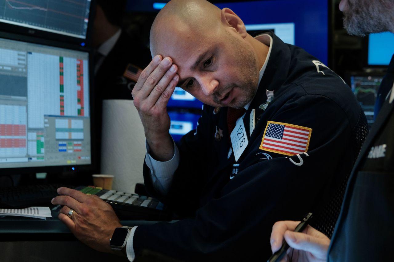 美國十年期公債殖利率穿破兩年期公債殖利率,預示經濟可能將要衰退,嚇壞股市投資人。...