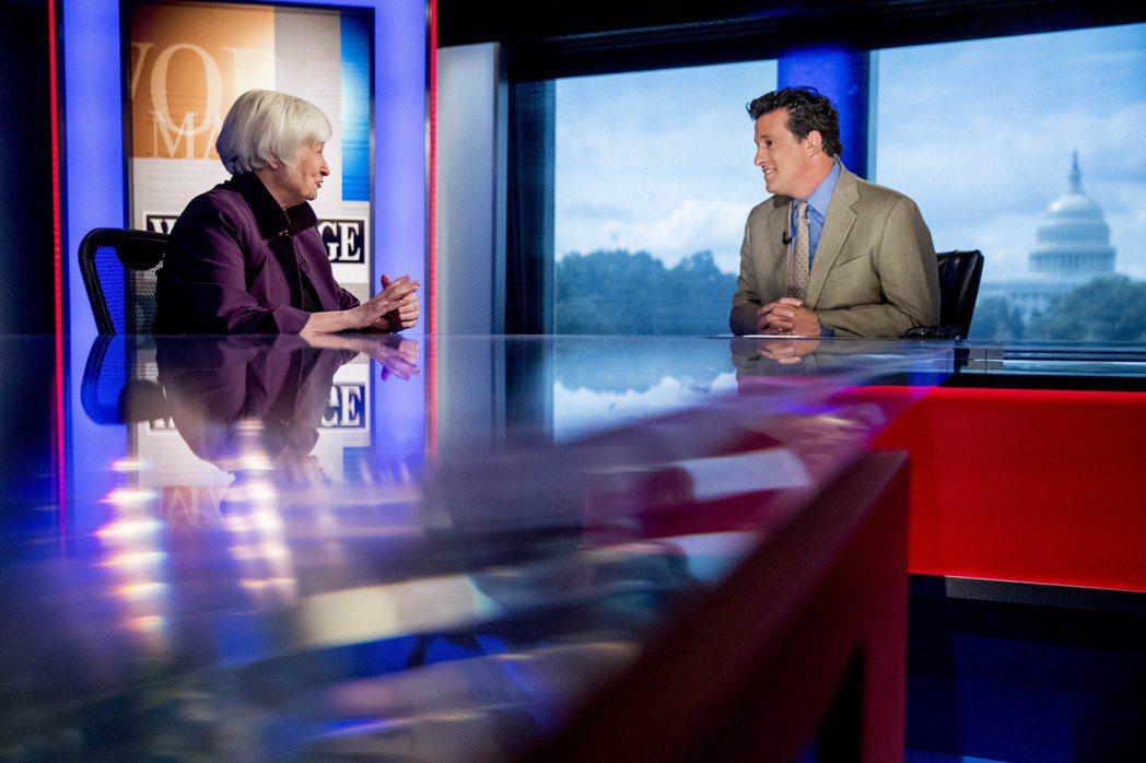 聯準會前主席葉倫(左)認為,美國的經濟很可能不會陷入衰退。  美聯社