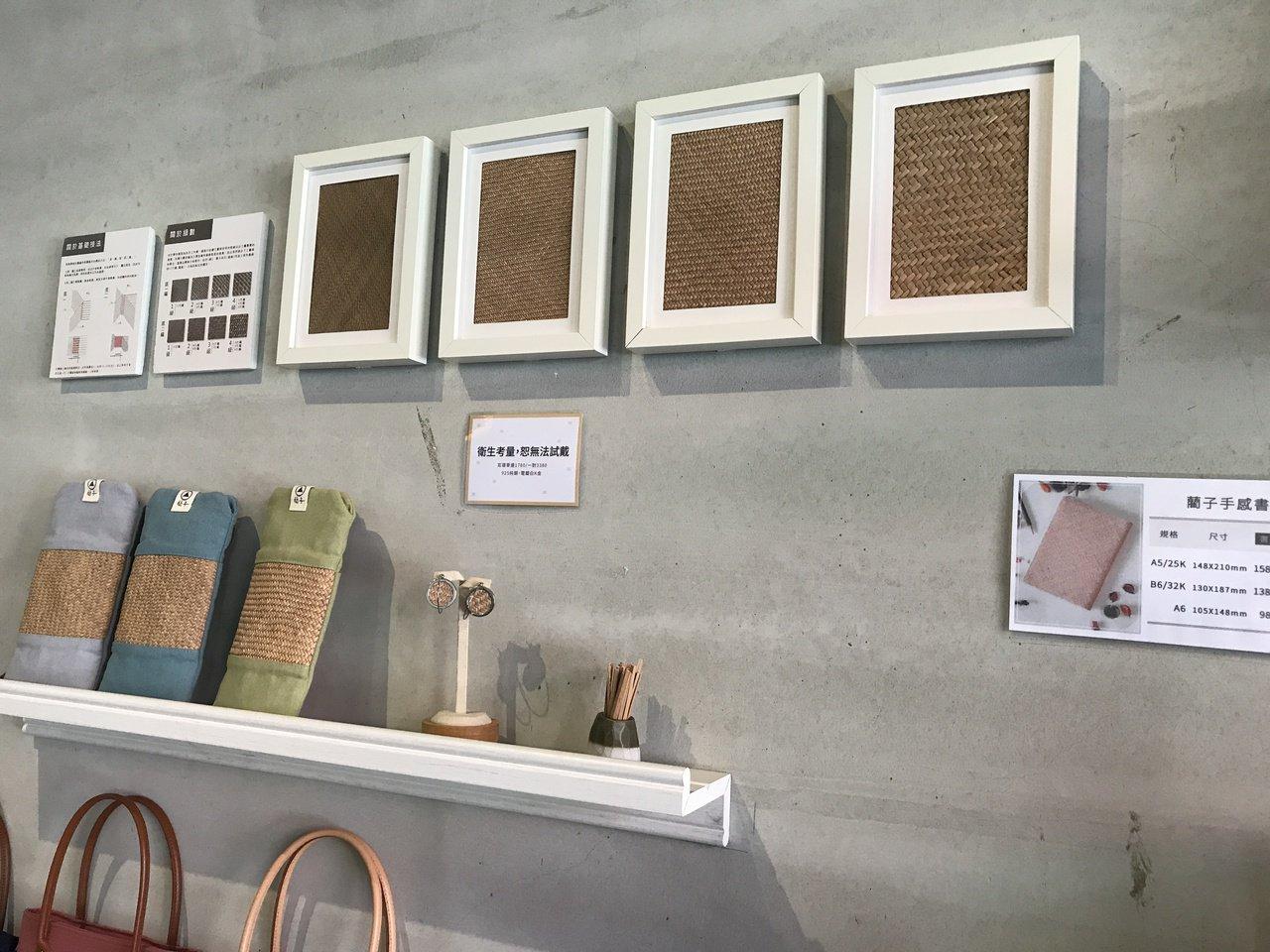 在苗栗縣苑裡鎮的藺子門市,介紹藺草編織技法。記者劉星君/攝影