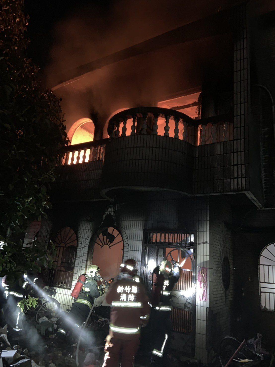 消防人員到場,發現現場三層樓建築物全面燃燒。記者王駿杰/翻攝