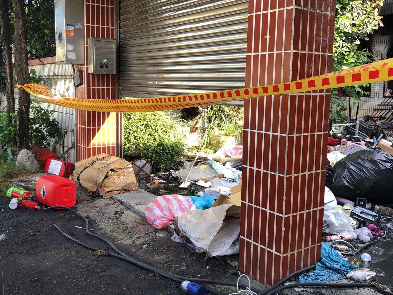 從外由內可看見屋外庭院堆滿紙箱、塑膠、木材、大包垃圾等易燃雜物。記者王駿杰/攝影