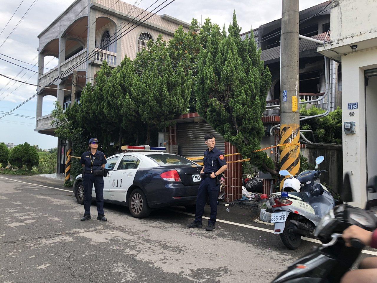 今天上午,警方在事發透天厝拉起封鎖線。記者王駿杰/攝影