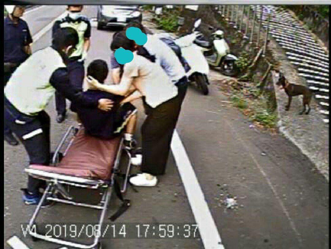 警方及救護車僅用了8分鐘就趕抵現場,警消立刻將受傷呈虛脫狀的兒子合力抬上擔架,並...