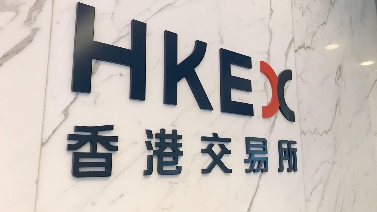 受美股重挫衝擊,港股低開356點失25000。取自香港01