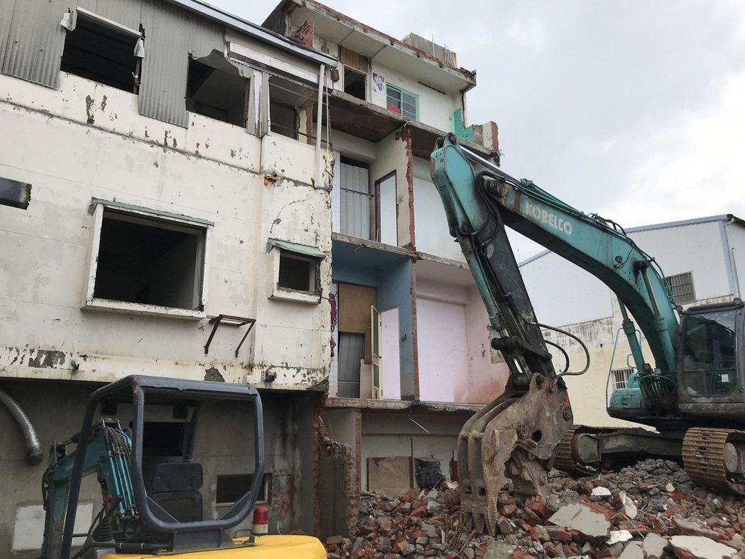 台南市區鐵路沿線的住宅拆除後未清除,台南市長黃偉哲表示易產生孳生源。記者鄭維真/...