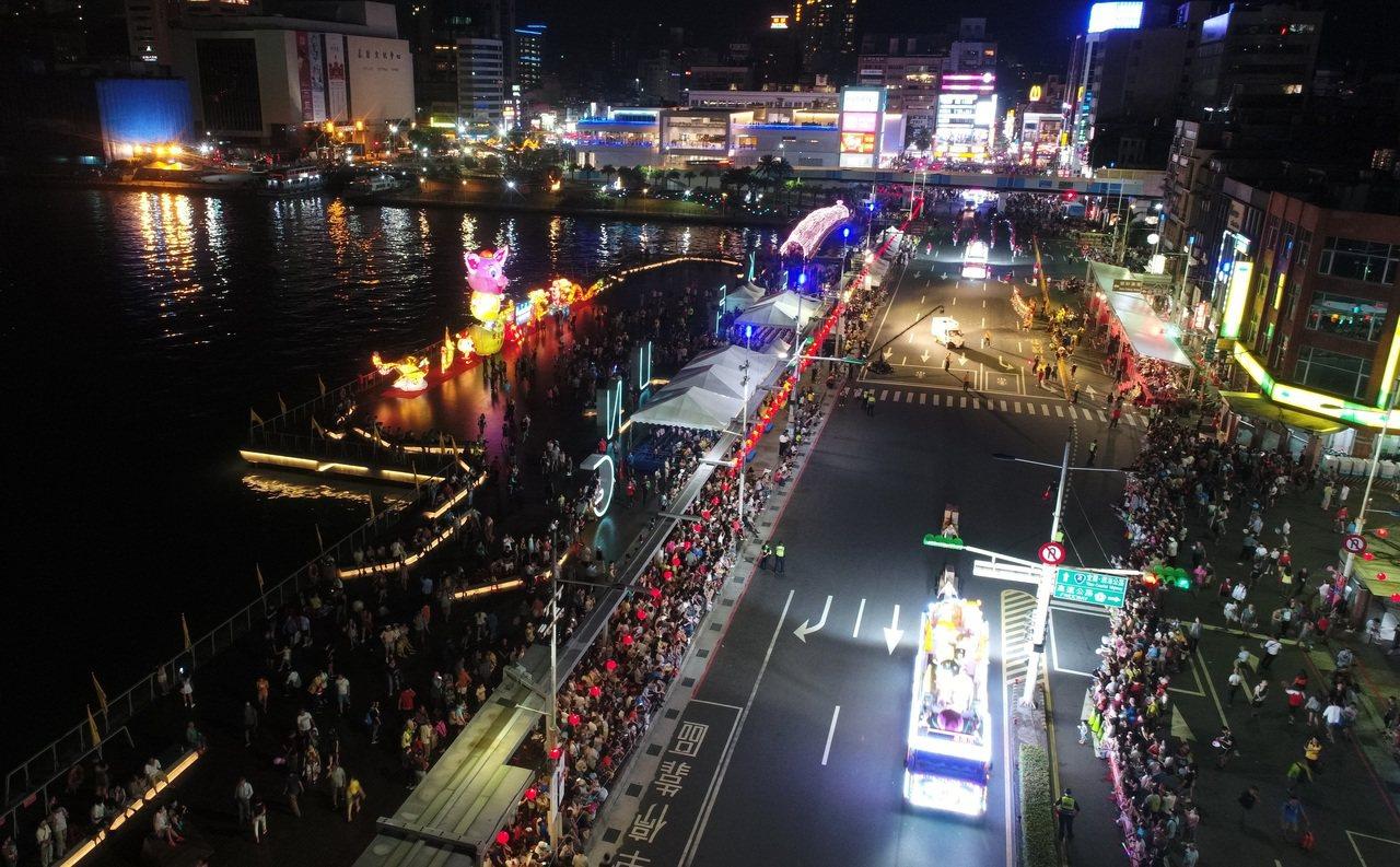 基隆中元祭重頭戲「放水燈遊行」昨晚熱鬧展開,讓市區有如不夜城,但卻有不少表演團體...