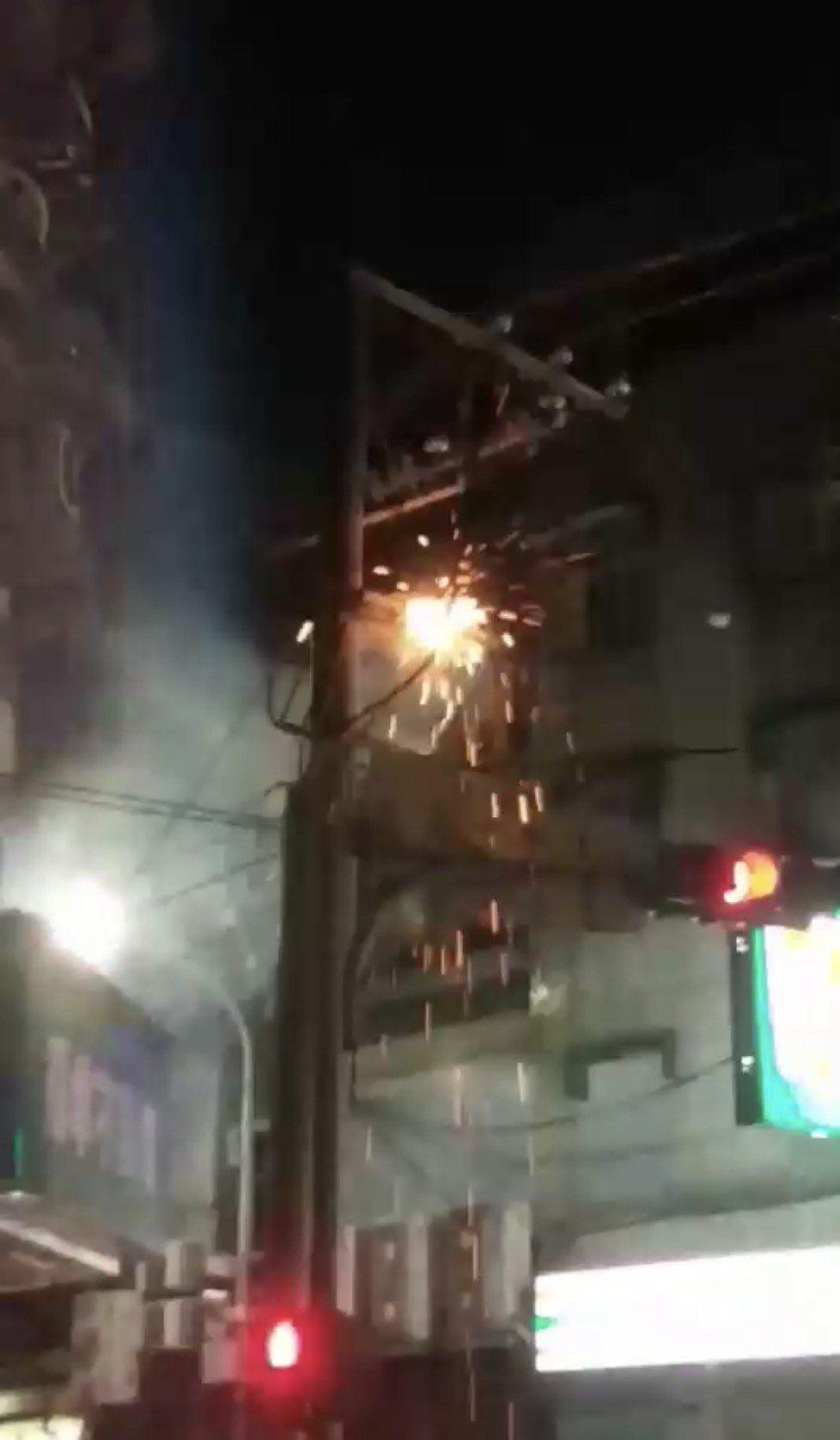 電線桿冒出火花。圖/翻攝台北之北投幫