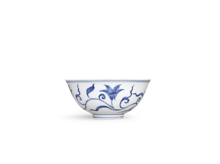 香港蘇富比秋拍拍品之一,明成化青花萱草紋宮盌,估價約2.4億元。圖/蘇富比提供