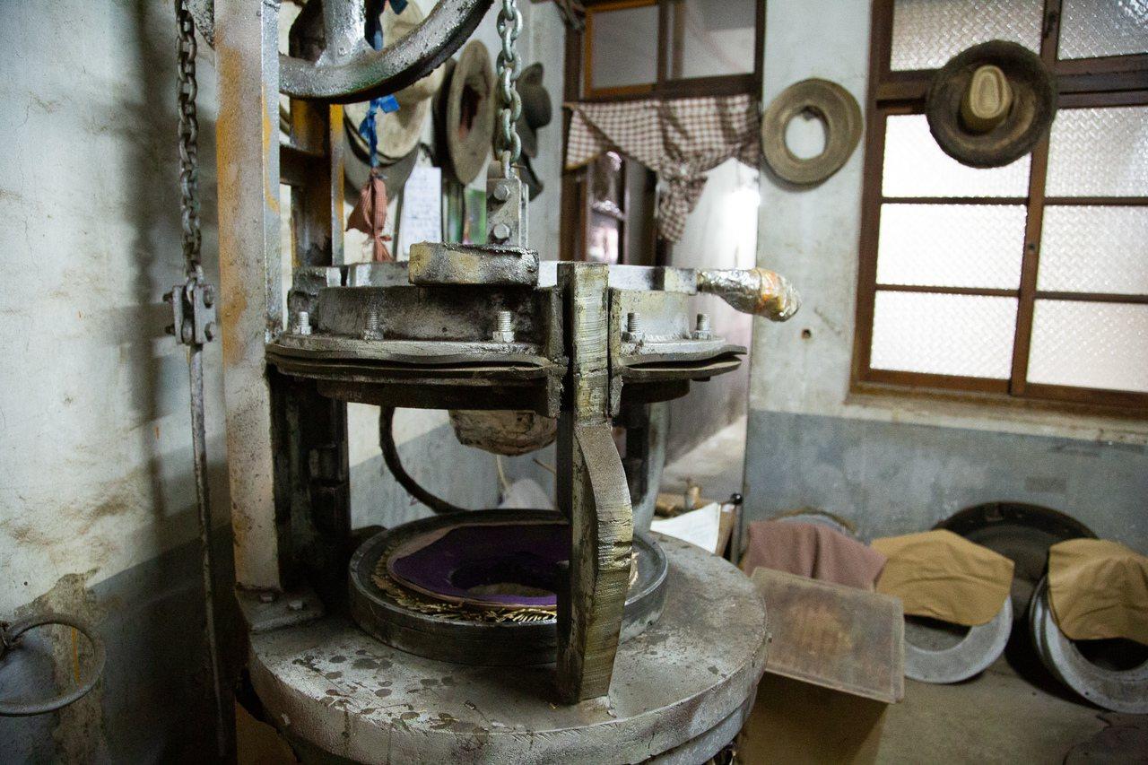 苗縣苑裡鎮僅存兩台30年的製帽機,其中一台。圖/藺子提供